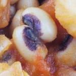 Nepalese zwartoogbonen met aardappel en bamboe