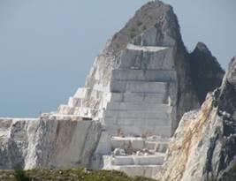 Lardo di Collonata - Afgegraven bergtop.jpg