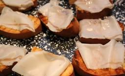 Lardo di Collonata - crostini met lardo (ongesmolten).jpg
