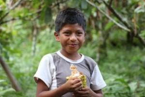 jongetje met cacaopeul