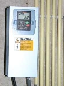 Aardwarmte-installatie bronpompregelaar