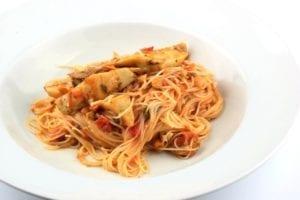 Linguine met tomaten en artisjok - bord