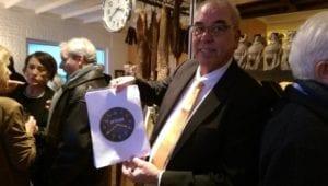 Hans van den Eshof toont de klok