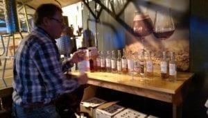 Paul toont de dranken die ze destilleren en laat proeven.