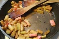 rabarberclafoutis - koekenpan met stukjes.jpg