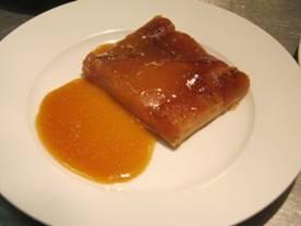 Appel tarte tatin met butterscotchsaus - stuk met saus.jpg